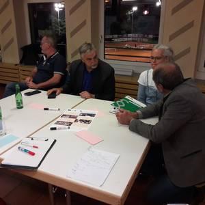 Intensive Diskussionen am Tisch. Foto: Regio Imst