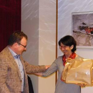 Markus Mauracher bedankt sich bei Brigitte Flür für die gute Zusammenarbeit. Foto: Flür